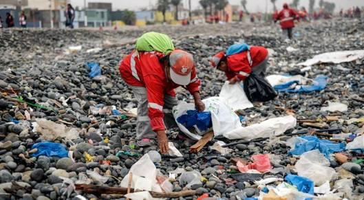 Partner show plastic waste cleanup 1000 ernesto benavides getty